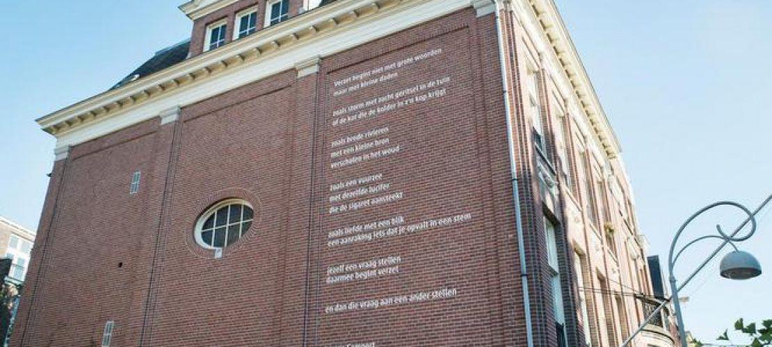 Amsterdam - 15 juni 2017 - Reportage - Remco Campert onthult gedicht op gevel bij de Bezige Bij